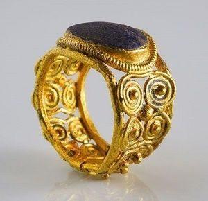 Старинное кольцо с камнем