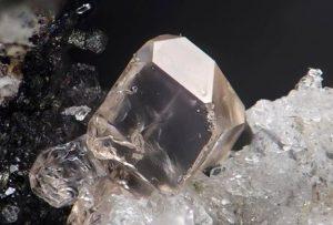 Прозрачный циркон - минерал