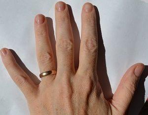 Обручальное колечко на левой руке