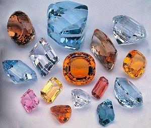 Разноцветные топазы - полудрагоценные камн€и