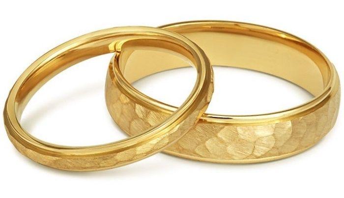 Пара золотых обручальных колец