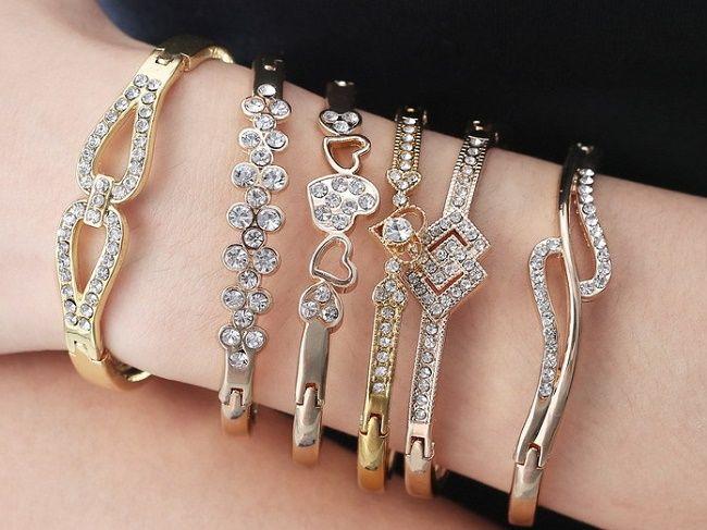 Много браслетов на одной руке