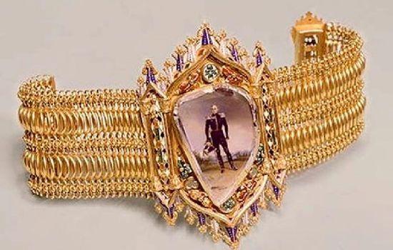 Прозрачный бриллиант неправильной формы - экспонат Алмазного фонда