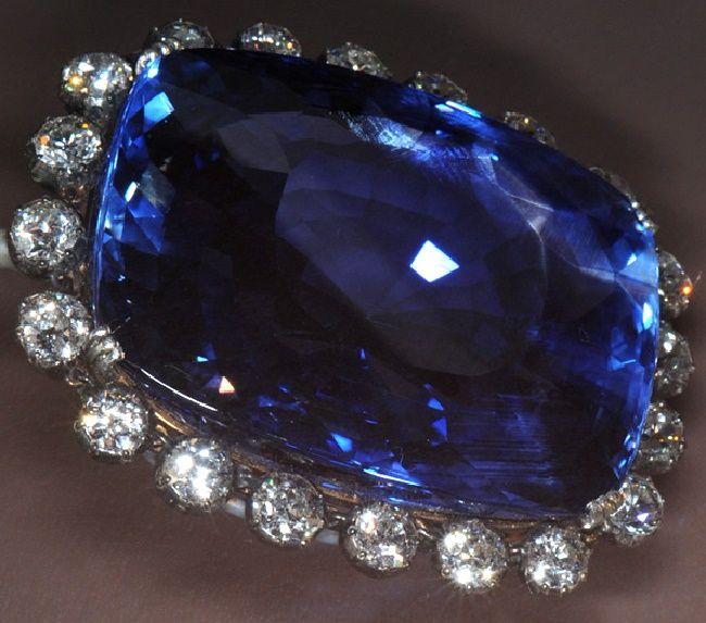 Природный сапфир синего цвета, фото