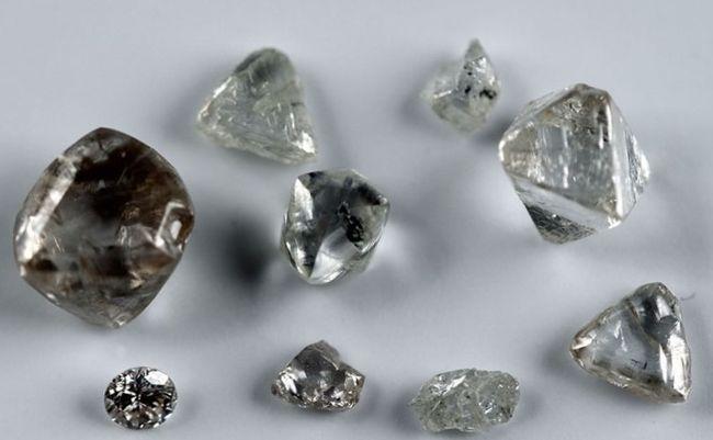 Необработанные природные алмазы, фото