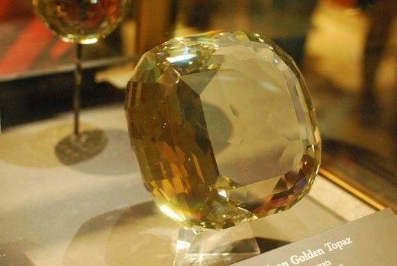 Крупный топаз золотистого цвета